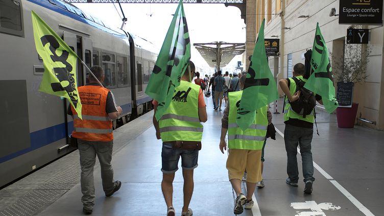 Des cheminots en grève sur le quai de la gare Saint-Charles, à Marseille, le 16 juin 2014. (BORIS HORVAT / AFP)
