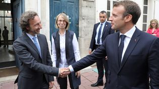 Emmanuel Macron et Stéphane Bern, le 14 juin 2018 à Rochefort (Charente-Maritime). (LUDOVIC MARIN / AFP)