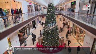 Le compte à rebours des achats de Noël est lancé. Dans un centre commercial de Marseille(Bouches-du-Rhône, les boutiques ont enfin pu rouvrir, samedi 28 novembre. (France 2)