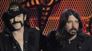Lemmy Kilmister et Dave Grohl en avril 2010 aux Revolver Golden Globes Awards.  (Chris Pizzello/AP/SIPA)