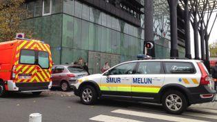 Les secours devant le tribunal de Melun, après que des coups de feu ont été tirés, le jeudi 29 octobre 2015. (FRANCE 3 ILE DE FRANCE)