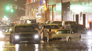 Des voitures bloquées par les inondations provoquées par les suites de l'ouragan Ida, le 1er septembre 2021 dans le quartier du Queens, à New York (Etats-Unis). (MAXPPP)