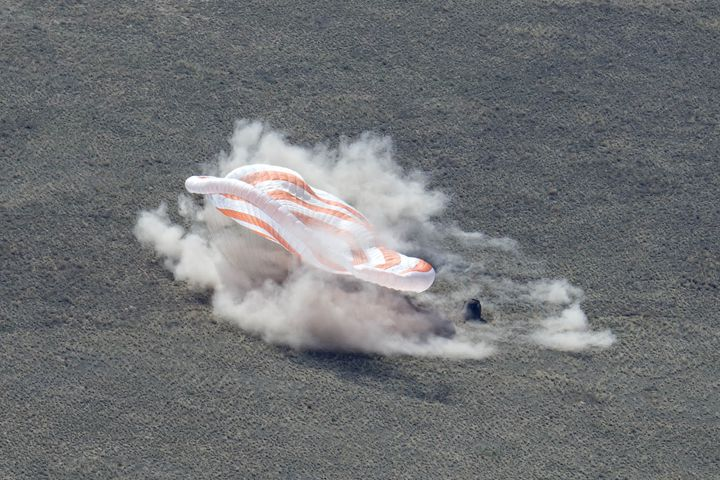 La capsule Soyouz lors de son atterrissage, samedi 17 avril 2021 au Kazakhstan. (ROSCOSMOS)