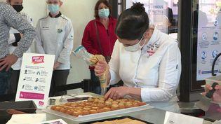 La cheffe Lucile Darosey prépare des choux à la cazette du Morvan, une spécialité bourguignonne. (France 3 Bourgogne)