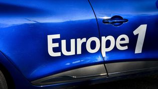 Le logo Europe 1 sur une voiture de la radio, le 9 janvier 2021 à Bagneux(Hauts-de-Seine), le 9 janvier 2021. (MAGALI COHEN / HANS LUCAS / AFP)