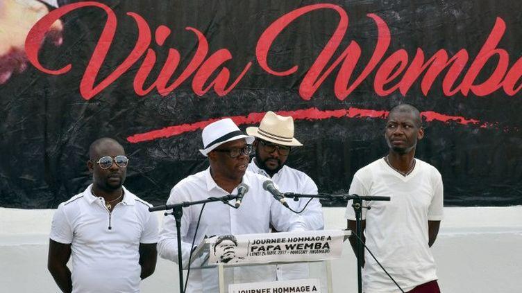 A'Salfo, le leader du groupe ivoirien Magic System rend hommage à Papa Wemba pour l'ouverture du Festival des musiques urbaines d'Abidjan (24/04/2017)  (SIA KAMBOU / AFP)