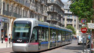 Vue du tramway à Grenoble, en 2009. La ville a décidé de démonter ses panneaux publicitaires, comme elle l'indique le 23 novembre 2014. (MAXPPP)
