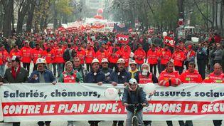 Un deuxième grand défilé est organisé mardi 28 novembre 1995 à l'appel de Force ouvrière. C'est également ce jour-là que des salariés d'EDF-GDF et de la RATP commencent à leur tour à se mettre en grève. (VINCENT AMALVY / AFP)