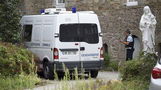 Un gendarme à Saint-Laurent-sur-Sèvre (Vendée), après le meurtre du prêtre Olivier Maire, le 9 août 2021. (SEBASTIEN SALOM-GOMIS / AFP)