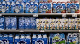 Des bouteilles de lait de différentes marques dans un supermarché, dans le Lot-et-Garonne, en octobre 2020. (QUENTIN FALCO / HANS LUCAS / AFP)