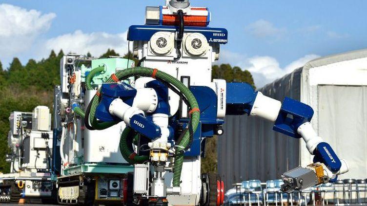 L'Institut international de recherche pour le déclassement nucléaire a dévoiléle 16 décembre 2015un nouveau robot qui servira à la décontamination de la centrale de Fukushima. (AFP/ Shuhei Yokoyama / Yomiuri / The Yomiuri Shimbun)