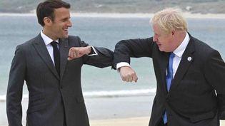 Le président français Emmanuel Macron et Boris Johnson, le Premier ministre britannique, à Carbis Bay (Royaume-Uni), le 11 juin 2021. (LEON NEAL / GETTY IMAGES / AFP)