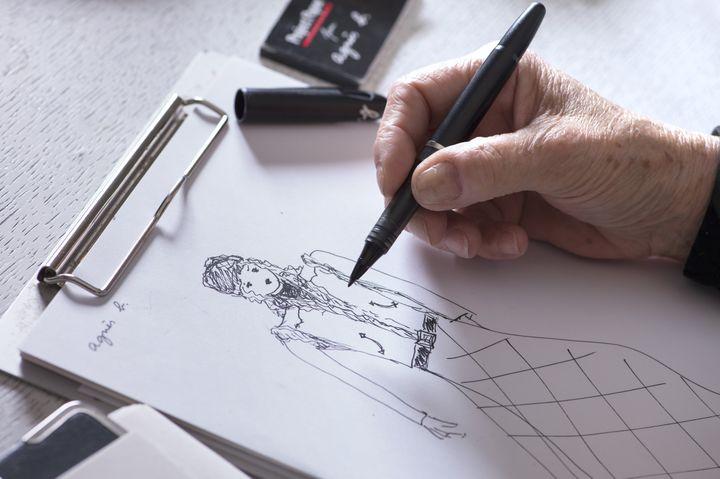 Agnès b. dessine dans son atelier parisien, février 2016  (MIGUEL MEDINA / AFP)