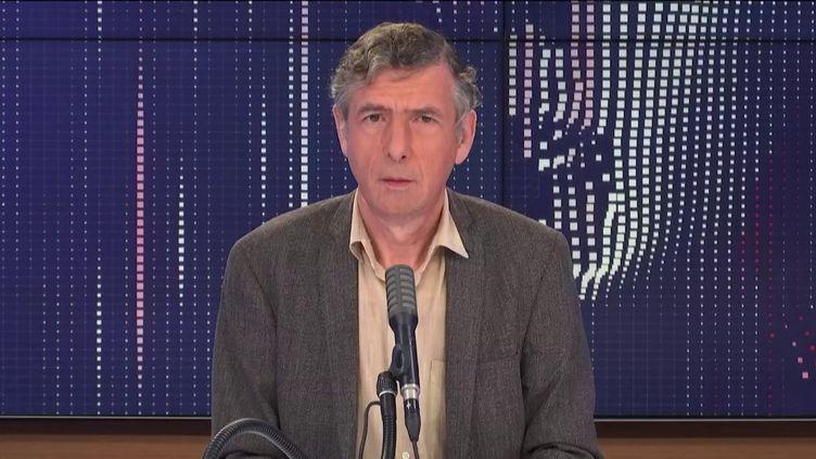 """Le professeur Éric Caumes,chef du service des maladies infectieuses à l'hôpital de la Pitié-Salpêtrière à Paris, était l'invité du """"8h30franceinfo"""", jeudi 13août 2020. (FRANCEINFO / RADIOFRANCE)"""