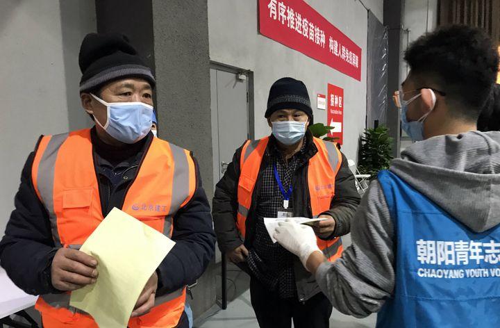 Les patients se dirigent vers les box de vaccination anti-Covid-19, dans un musée transformé en centre médical, dans le district de Chaoyang à Pékin, le plus peuplé de la capitale. (DOMINIQUE ANDRÉ / RADIOFRANCE)