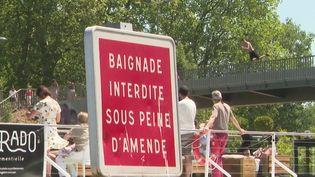 Pour échapper à la chaleur, à Lille (Nord), certains se sont aventurés à se baigner dans la Deûle. Des baignades interdites parce que dangereuses. (France 3)