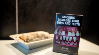 Un paquet de cigarettes neutre, recouvert en grande partie par un message d'avertissement sur les dangers et les effets nocifs du tabac. (MICHAEL BUNEL / NURPHOTO / AFP)