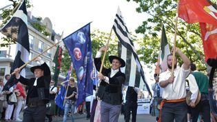 Le drapeau rouge de l'ïle de Man à l'honneur dimanche 9 août à Lorient lors de la Grande Parade.  (Rouanet / Photopqr / Le Télégramme)