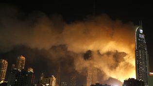 Un incendie a frappé l'immeuble de 63 étages dans le centre de Dubaï (Emirats arabes unis), le soir du 31 décembre 2015. (KARIM SAHIB / AFP)
