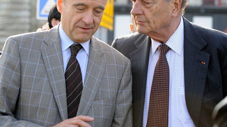 L'ancien président de la République, Jacques Chirac, et son ancien Premier ministre, Alain Juppé, le 20 novembre 2009 à Bordeaux (Gironde). (JEAN-PIERRE MULLER / AFP)