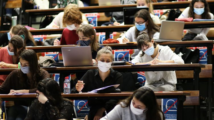L'amphithéatre de la fac de médecine de Nantes réorganisé selon le mesures sanitaires imposées par le coronavirus, le 25 septembre 2020. (ROMAIN BOULANGER / MAXPPP)