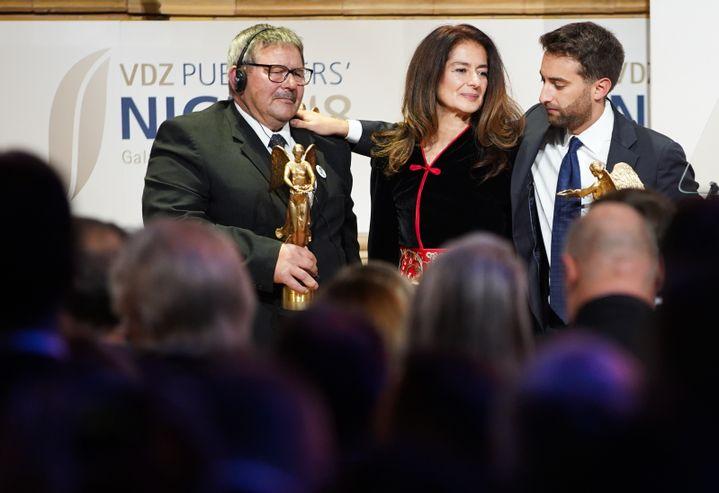 Mathew Caruana Galizia (à droite) et sa tante, Corinne Vella avec le père du journaliste slovaque assassiné Jàn Kuciak, lors de la remise d'un prix, à Berlin, en novembre 2018. (J?RG CARSTENSEN / DPA)