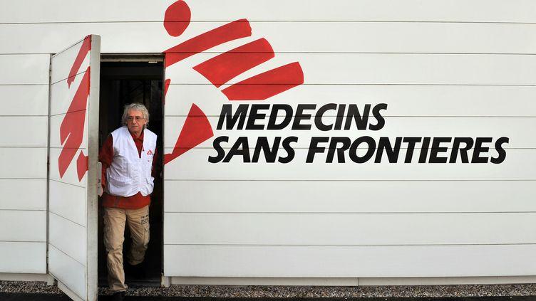 Un homme quitte les locaux de MSF, le 13 janvier 2010, à Bordeaux (Gironde). (PIERRE ANDRIEU / AFP)