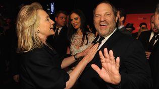 """Hillary Clinton aux côtés de Harvey Weinstein, le 24 avril 2012 à New York (Etats-Unis), lors d'un gala du """"Time"""". (LARRY BUSACCA / GETTY IMAGES NORTH AMERICA / AFP)"""