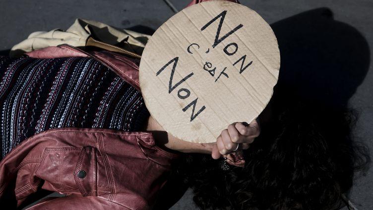 Une femme prend part à un rassemblement à Paris le 29 septembre 2018, pour appeler à une manifestation le 24 novembre contre les violences sexistes et sexuelles. (VINCENT ISORE / MAXPPP)