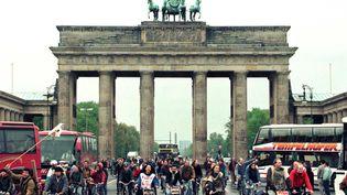 La porte de Brandebourglors d'une manifestation à Berlin (Allemagne)le 8 mai 1996. (FABRIZIO BENSCH / REUTERS )