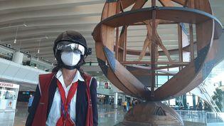 Floriana,agent de l'aéroport de Rome-Fiumicino, porte un casque intelligent à vision thermique. (BRUCE DE GALZAIN / FRANCE-INTER)