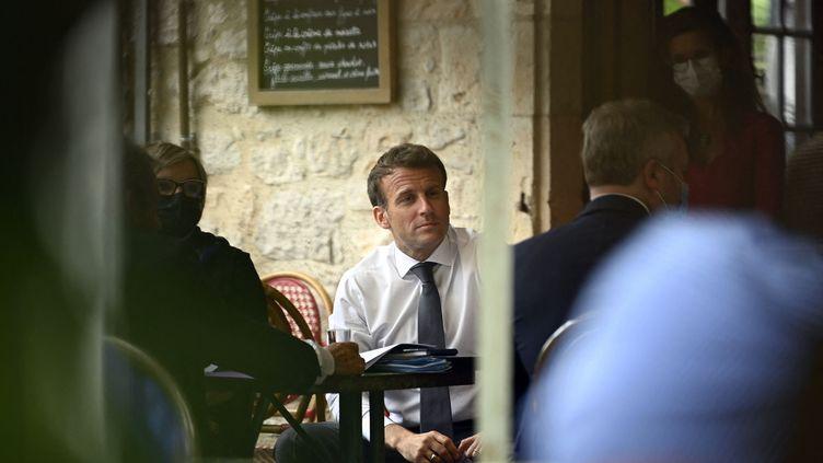 Le président de la République Emmanuel Macron àSaint-Cirq-Lapopie (Lot) le 2 juin 2021 (LIONEL BONAVENTURE / POOL / AFP)