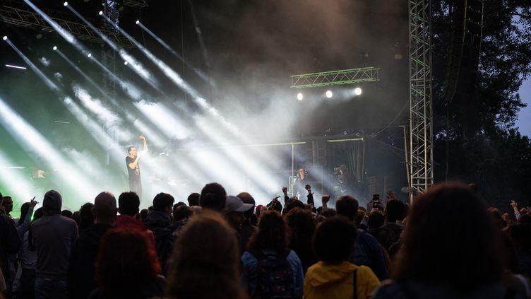 Un concert de Gaël Faye, à Toulouse (Haute-Garonne), le 17 juin 2021. (SANDRINE MARTY / HANS LUCAS / AFP)