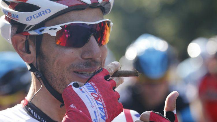 Joaquim Rodriguez fait mine de fumer un cigare avant de prendre le départ de la dernière étape du Tour 2013