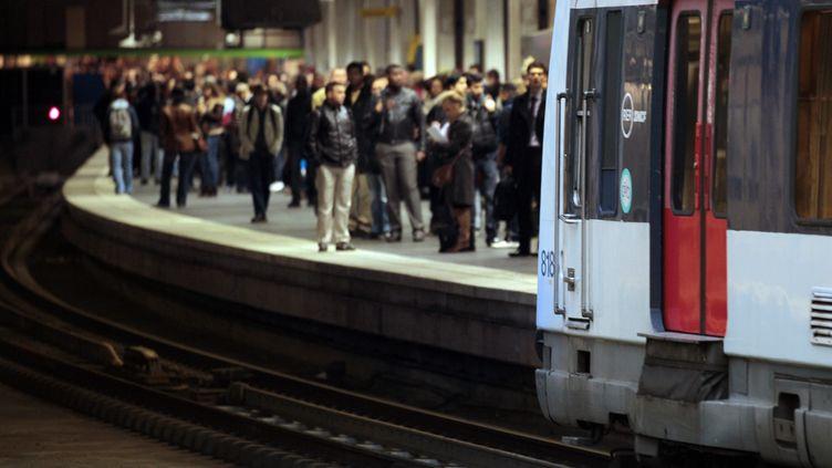 Des passagers attendent un RER à la gare du Nord, à Paris (illustration). (JACQUES DEMARTHON / AFP)
