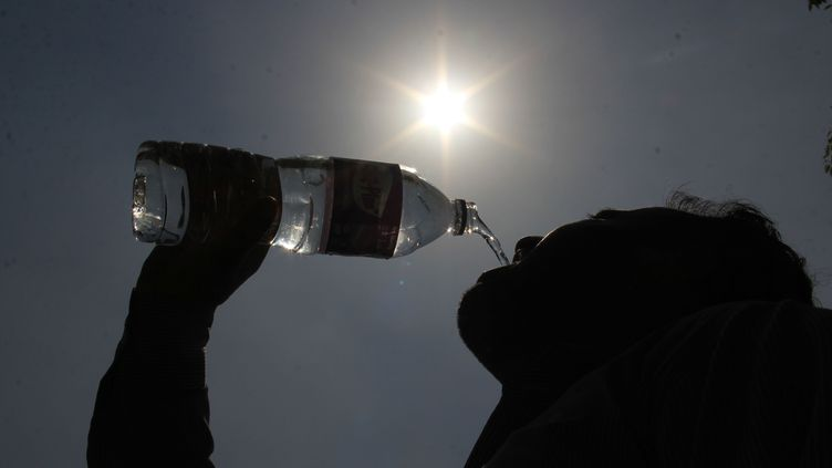 Un homme boit de l'eau à New Delhi, en Inde, le 13 mars 2018. (NASIR KACHROO / NURPHOTO)