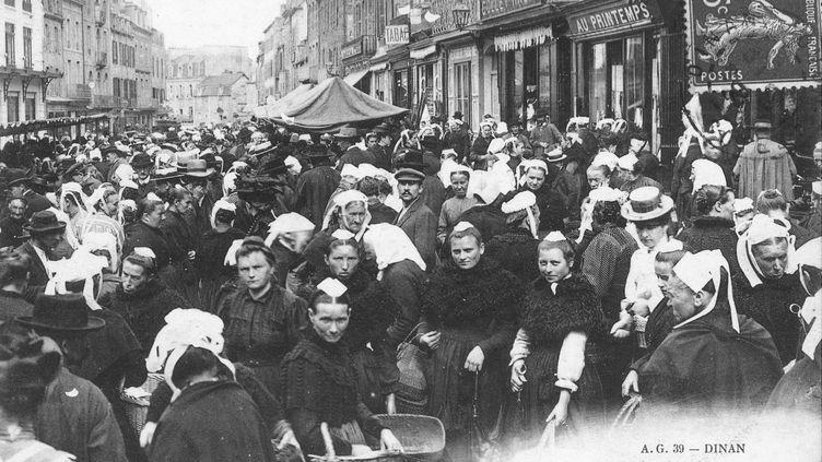 Dinan, le marché au beurre, carte postale du début du XXe siècle  (Service des musées la Ville de Dinan)