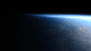 Une image de la Terre entre jour et nuit, prise par l'Allemand Alexander Gerst depuis la station spatiale internationale et postée sur le réseau social Twitter. (ALEXANDER GERST)