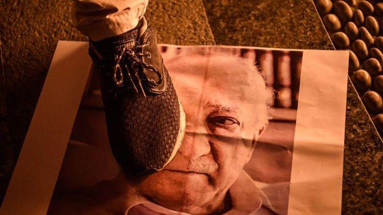Un pro-Erdogan piétine une affiche du prédicateur Güllen, exilé aux Etats-Unis, lors d'un rassemblement sur la place Taskim, à Istanbul, le 18 juillet 2016.