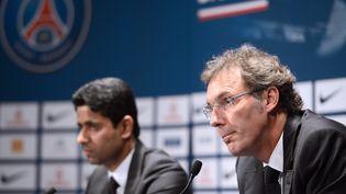 L'entraîneur du PSG, Laurent Blanc (D) et le président du PSG,Nasser Al-Khelaifi (G), le 27 juin 2013 lors d'une conférence de presse au Parc des princes, à Paris. (FRANCK FIFE / AFP)