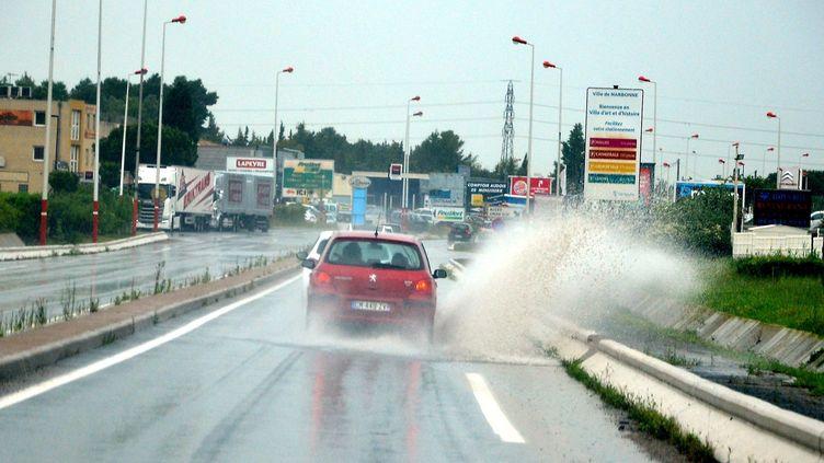 Un véhicule éclabousse la chaussée, lundi 11 mai à Narbonne (Aude). (MAXPPP)