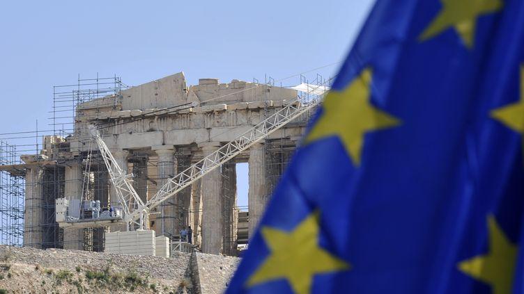 Un drapeau européen flotte devant l'Acropole d'Athènes (Grèce), le 9 mai 2012. (LOUISA GOULIAMAKI / AFP)