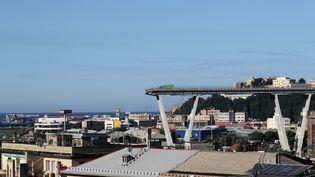 Le pont Morandi de Gênes (Italie), le 15 août 2018, au lendemain de son effondrement. (STEFANO RELLANDINI / REUTERS)