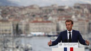 Emmanuel Macron en visite à Marseille, le 2 septembre 2021. (GUILLAUME HORCAJUELO / POOL / MAXPPP)