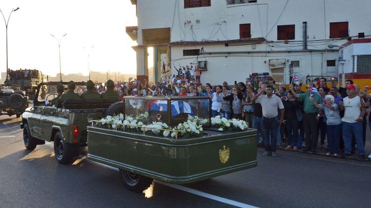 Les cendres de Fidel Castro ont entamé leur dernier voyage mercredi 30 novembre, depuis La Havane jusqu'à Santiago de Cuba. (ROLANDO PUJOL / EFE)