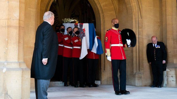 Le cercueil du prince Philip rejoint la chapelleSaint-Georges. (AARON CHOWN / POOL)