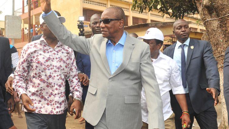 Le président guinéen Alpha Condé salue les habitants de Conakry le 4 février 2018. Ses opposants l'accusent de s'accrocher au pouvoir. (CELLOU BINANI / AFP)