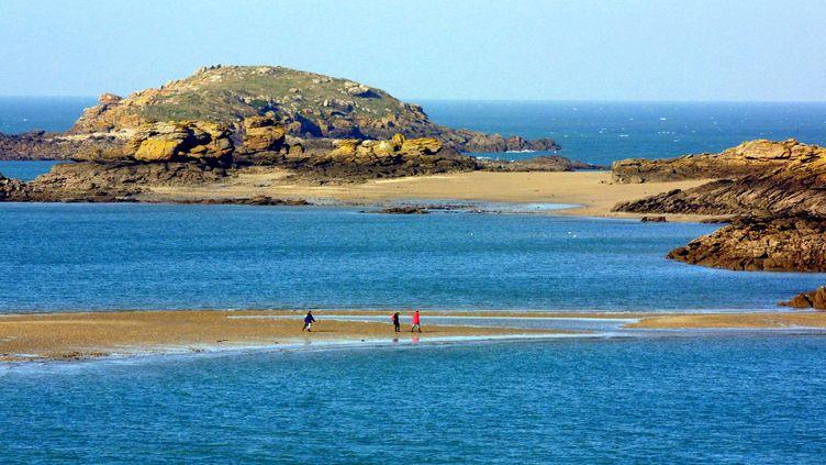 Une antenne-relais va être installée dans le camping municipal de Saint-Jacut-de-la-Mer. Ici, la plage de l'île des Ebhiens, au large de la commune. (VALERY HACHE / AFP)