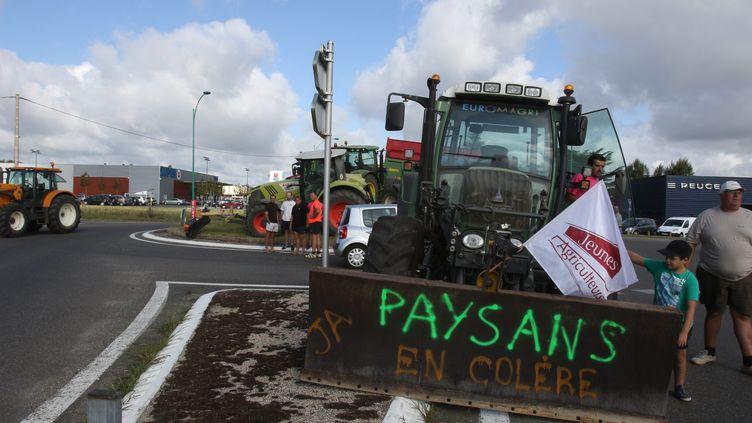 Des agriculteurs du Gers dressent des barrages filtrants sur les ronds-points d'accès de Marciac, le 28 juillet 2015. (  MAXPPP)
