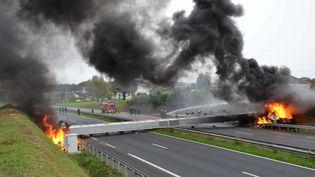 Le portique écotaxe de Lanrodec (Côtes-d'Armor) en flammes, le 4 novembre 2013. (  MAXPPP)